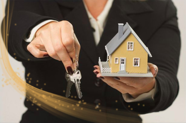 katy texas realtor selling house and handing over keys to new home owner